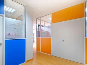 Compartimentos para oficina fabricados por mampara m-500 perfileria en color blanco y tablero de colores especiales elegidos por el cliente con cristal y vinilo de decoracion. Con puerta doble de melamina blanca