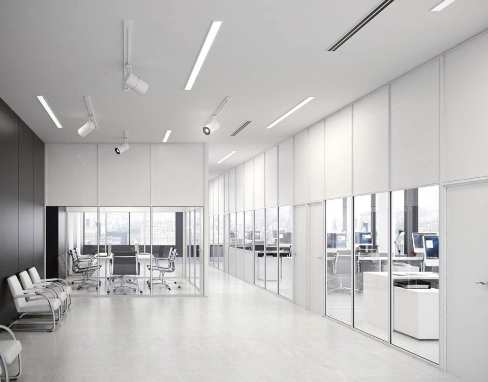Division de oficina M-500 sencilla con perfileria blanca y tablero blanco, modulacion cristal altura puerta y madera de melamina hasta altura puerta. fabricado por vilu-ofis